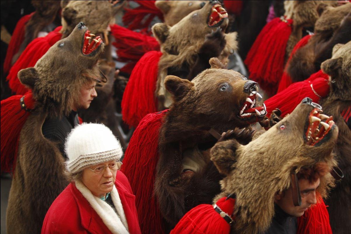 Изгнание духов медвежьей шкурой, шаманы в медвежьей шкуре