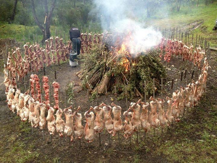 Приготовление косули, зайца на вертеле на костре