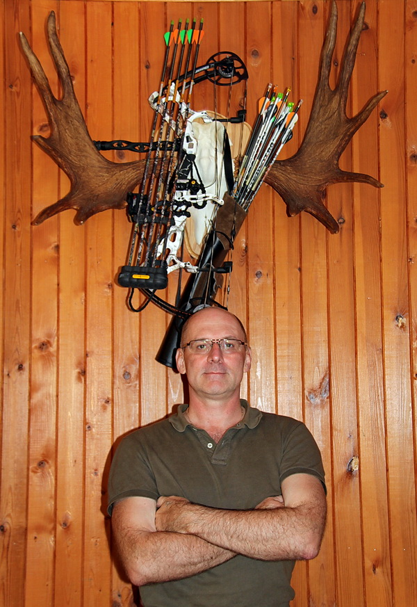 Осень - время одной из самых интересных охот в средней полосе России - охота на лося на вабу. Эта охота на гонного лося называется по-разному: это и охота на лося на реву, охота на лося в гон, охота на лося на стон, манная охота на лося... Лось - самое крупное рогатое копытное в России и охота на лося на вабу совсем не уступает охоте на марала на реву, а по добычливости ее, конечно, превышает. Разумеется, подготовиться к этому действу следует заранее. Вспомнить и слегка расчистить места подхода к гонным ямам и полянам, обеспечить чистый подход и засидочку, чтобы запах выветриться успел. Потренировать навыки, осмотреть следы.