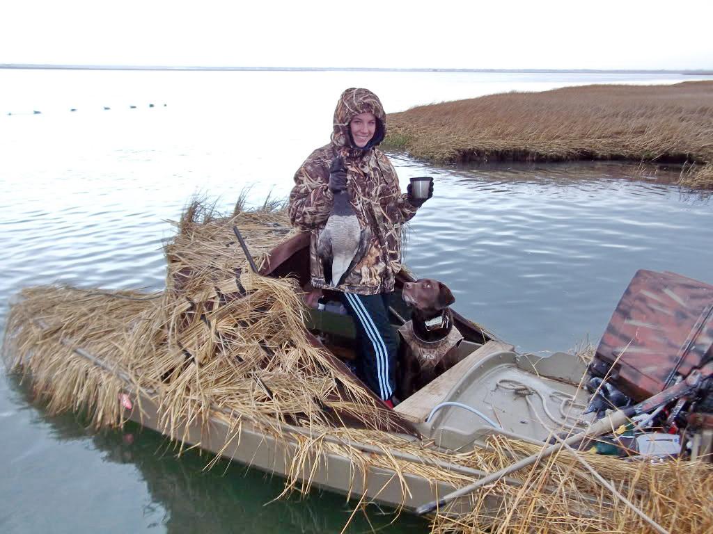 Оптимальный вариант укрытия для утиной охоты - пластиковая лодка с замаскированной засидкой