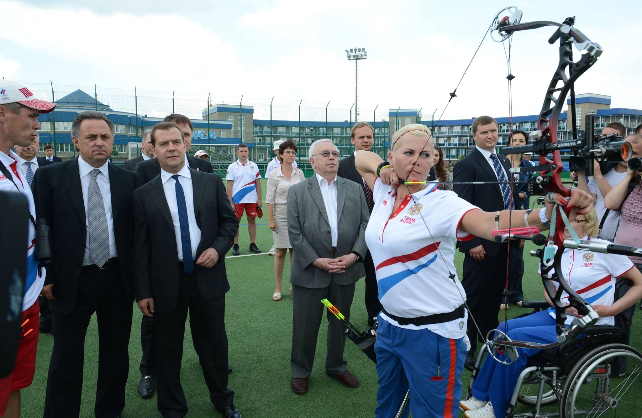 Дмитрий Медведев на тренировке лучников - паралимпийцев